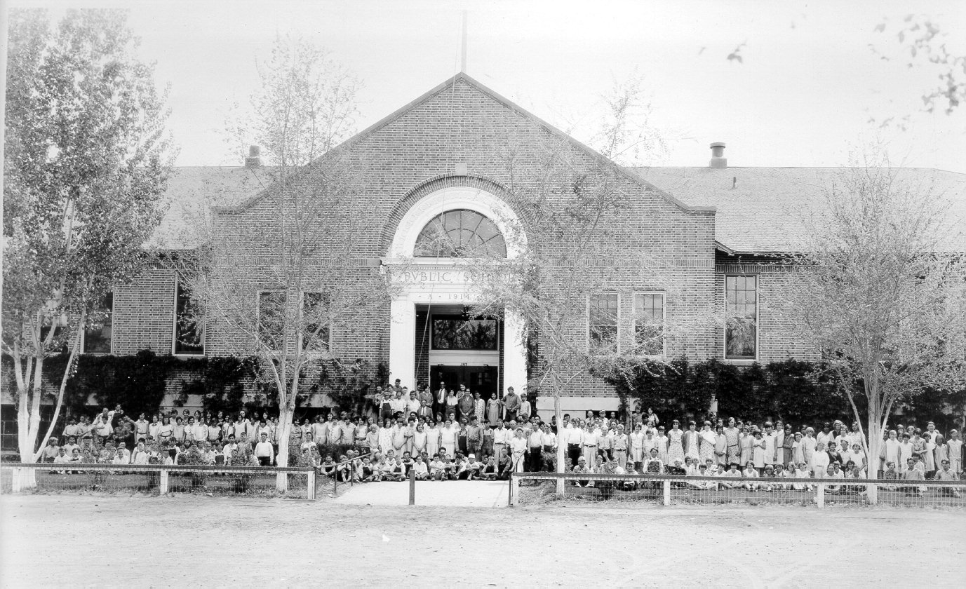 Students in front of Oats Park School in the early 20th century.